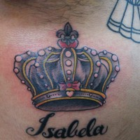お腹に黒とピンクの王冠のタトゥー